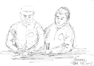 Photo: 點料2011.03.24鋼筆 兩名收容人點著小紙片,這是手提紙袋的材料,幾乎台北各大百貨公司及名店的紙袋,都是出於監獄收容人之手。