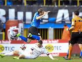 Henrik Dalsgaard (Zulte Waregem) et Ruud Vormer (Club Brugge) réagissent à l'attaque du Danois