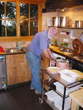 Photo: Peter hat Küchendienst. Er nimmt's gelassen!