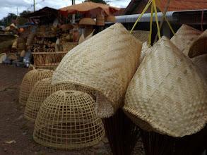 Photo: Korbhändler an der Strasse zum Bolaven Plateau