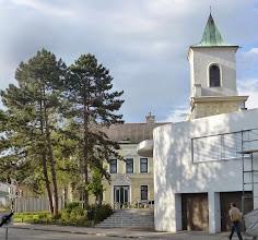 Photo: Die Lutherkirche im neuen Glanz, aber auch als Hintergrund ein schön renoviertes Stockerauer Haus