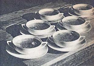 Photo: Csészékben tálalt erőleves.