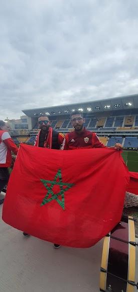 Con la bandera de Marruecos apoyando al Almería.