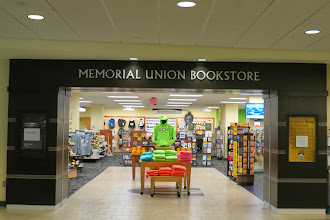 Photo: Memoriel Union bookstore - vaikka mietä koulun logolla varustettua myynnissä