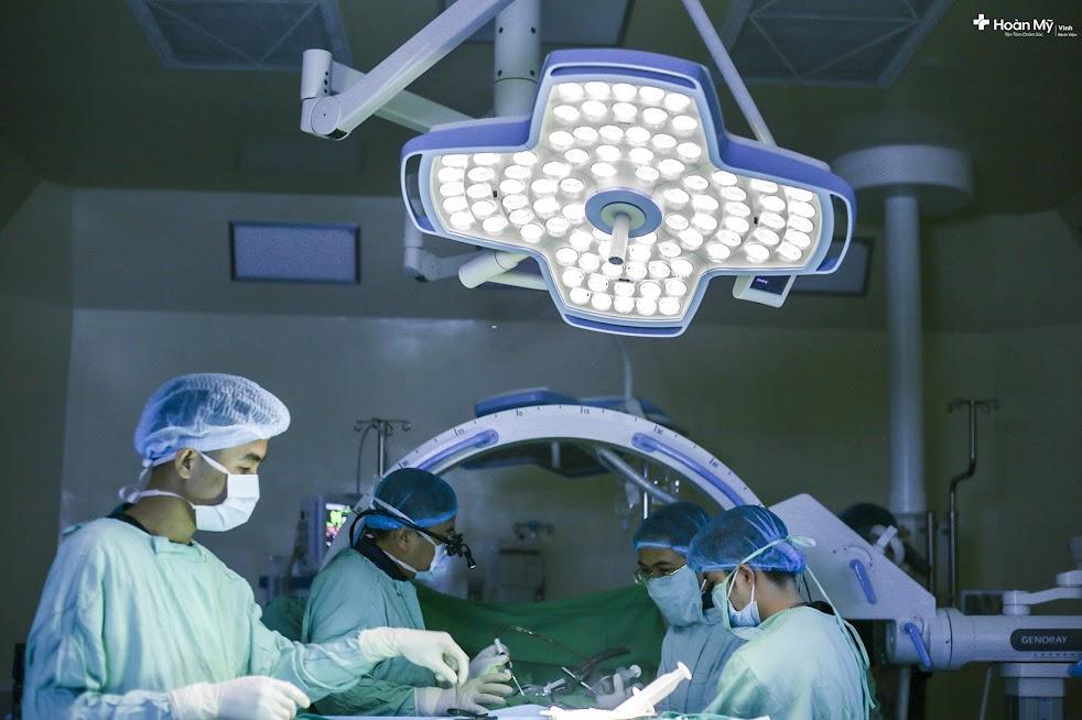 Các bác sĩ tiến hành phẫu thuật cho bệnh nhân N.V.H bị thoát vị đĩa đệm nhiều năm
