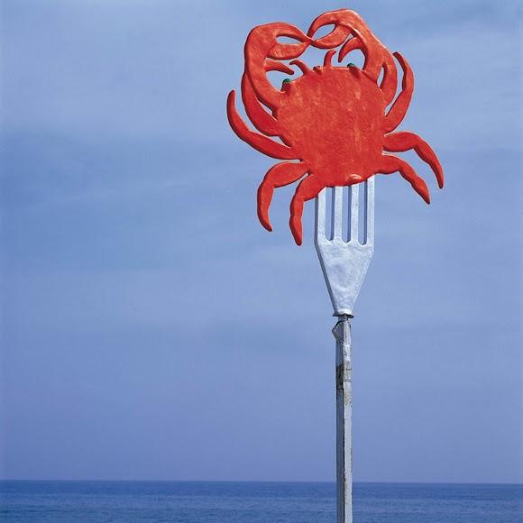 En Cádiz, en 1980, Siquier disparó esta fotografía en la que aparecen sus famosos azules en contraste con un cangrejo rojo.