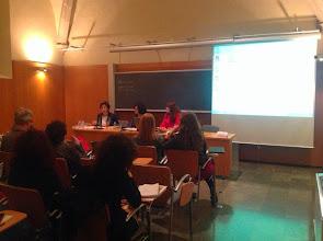 Photo: Anna Díaz-Plaja modera el debat entre els assistents
