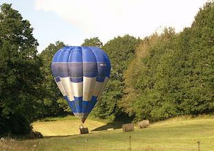 Photo: Atterrissage de montgolfière dans les Combrailles, Puy de Dôme, Auvergne