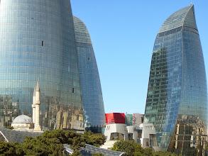 Photo: Lángtornyok és a Török mecset, Lángtornyok, török, Bakui felhőkarcilók