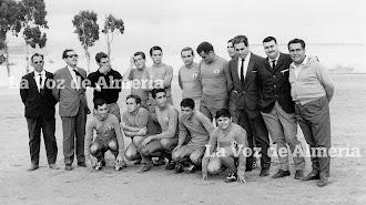 Manolo Álvarez, con la cabeza agachada, con uno de los equipos que él mismo se encargo de fundar cuando trabajaba en el Banco Español de Crédito.