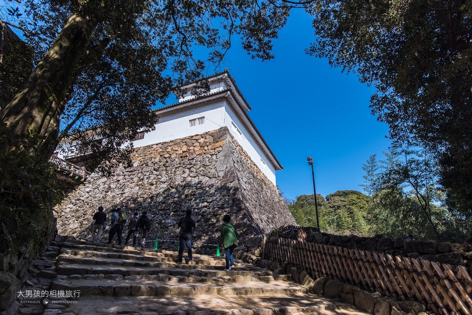 上坡路段大約5-10分的路程後就可看到彥根城的內牆了。