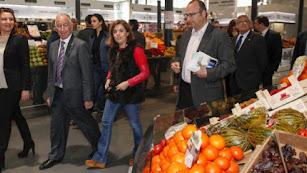 Soraya Sáenz de Santamaría en una visita al Mercado Central de Almería