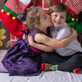 Christmas love by Barry Smith - Babies & Children Child Portraits ( holidays, children, portraits, family, christmas,  )