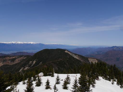 前茶臼山と奥に北アルプス