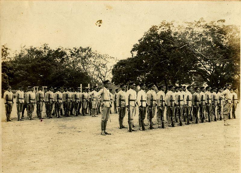 高雄一所高中的學生們在二二八起義早期自行組織自衛隊。//圖片來源: Wikipedia, 公共領域