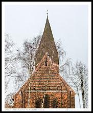 Photo: Der schöne Ostgiebel der schönen Kirche in Neubukow ist nur in der vegetationsarmen Jahreszeit zu bewundern. In der übrigen Jahreszeit wird der Anblick von Birken verstellt. Der schöne Ostgiebel mit der Dreifenstergruppe der Kirche in Neubukow (13. Jahrhundert) ist nur in der vegetationsarmen Jahreszeit zu bewundern. In der übrigen Jahreszeit wird der Anblick von Birken verstellt. Auch hier findet sich der überall der Gebrauch von glasierten Backsteinen.  In Neubukow wurde der Pfarrersohn und Troja Entdecker Johann Ludwig Heinrich Julius Schliemann am * 6. Januar 1822 geboren.