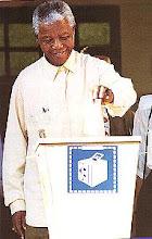 Photo: Nelson Mandela votando en las primeras elecciones libres de Sudáfrica  (27 abril de 1994)