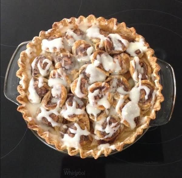 Delicious Cinnamon Roll Creamy Apple Pie