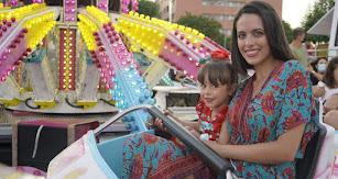 Alicia Soriano y Alba Domene subidas al 'mono loco', una de las atracciones más populares de la feria