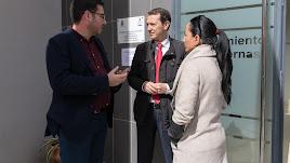 El senador Pérez Navas habla con José Díaz.