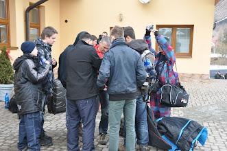 Photo: Lyžařský kurz - den první (neděle 10. březen 2013). Z Ostravy jsme vyjeli od školy ve 13:00 hodin. Do Krušetnice na Horní Oravě ve Slovenských Beskydech vzdálené 140 km od Ostravy jsme přijeli po 15:00 hodině. Po ubytování jsme se rozlyžovali a ve 22:30 jsme šli po večerním programu spát. Fotky pro album z dnešního dne vybrali a upravili Dan z 2. A a Albert ze 3. A.