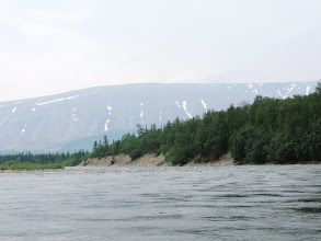 Photo: На склонах гор видны снежники.