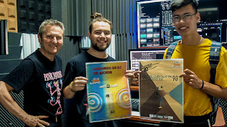 El director de EISO, Luis Serrano, con los ganadores de los concursos de carteles: Diego García y Anthony Villanueva.