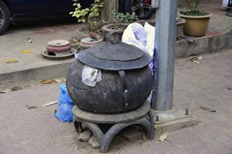 Photo: 5- On retrouve ces curieuses marmites un peu partout en ville. Vous avez deviné ? Ce sont des poubelles municipales. Comme un peu partout en Asie, le traitement des déchets est quasi inexistant. Une bombe à retardement pour la santé publique. Notre brochure nous incite d'ailleurs à amener des gourdes pour limiter l'emploi des bouteilles en plastique.