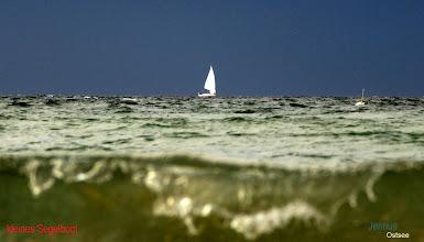 Photo: blauer Himmel - grünes Meer beim Segeln auf der Ostsee