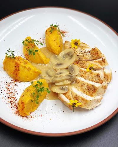 Suprême de volaille sauce poulette, crème de courge rôtie