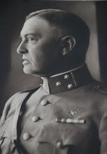 Photo: Herman Gijsbert Keppel Hesselink (1876-1943). Ridder in de Orde van Oranje-Nassau (met de zwaarden). 1899: 2e luitenant infanterie. 1917: kapitein bij de generale staf. 1926: majoor bij het 6e reg. 1929: luitenant-kolonel en commandant van het 11e reg. infanterie te Nijmegen. 1932: kolonel en commandant van de Ve infanterie-brigade te Venlo. 1934: gepensioneerd als generaal-majoor.