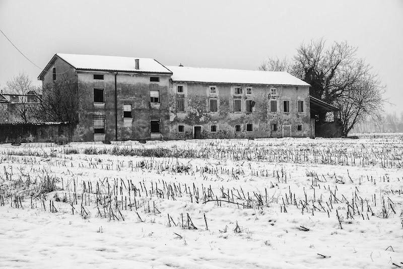 nel silenzio della neve, solo un casolare abbandonato... di elisabetta_de_carli