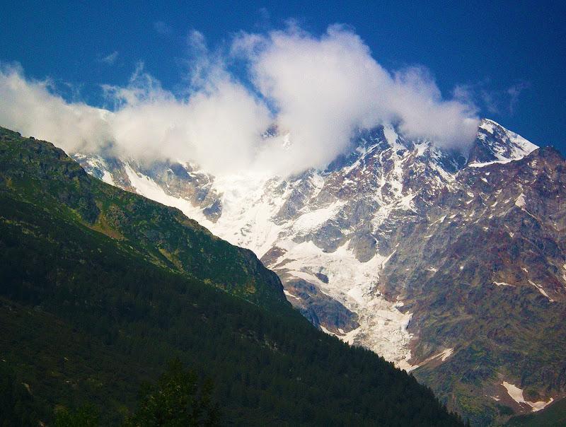 Le montagne sono le grandi cattedrali della terra, con i loro portali di roccia, i mosaici di nubi, i cori dei torrenti, gli altari di neve, le volte di porpora scintillanti di stelle. (John Ruskin) di _Chiara_