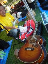 Photo: 正ちゃんバンドの正ちゃん。モーリスのエレアコ。こうゆうルックスのギターって、似合う人を選ぶよね。もちろんいい意味で(笑)