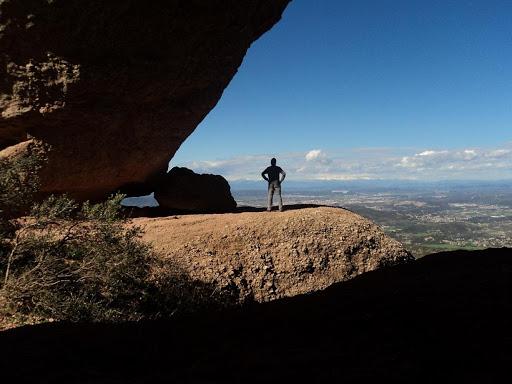 Hombre parado en la montaña de Montserrat