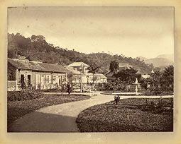 Photo: Praça D. Pedro, ainda sem a estátua de D. Pedro II. À esquerda, a Padaria Imperial, mais tarde chamada de Padaria Francesa. Foto da década de 1870