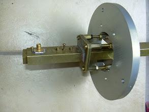 Photo: L'antenne à 2x12 fentes (réalisation F6DRO), dans sa fixation