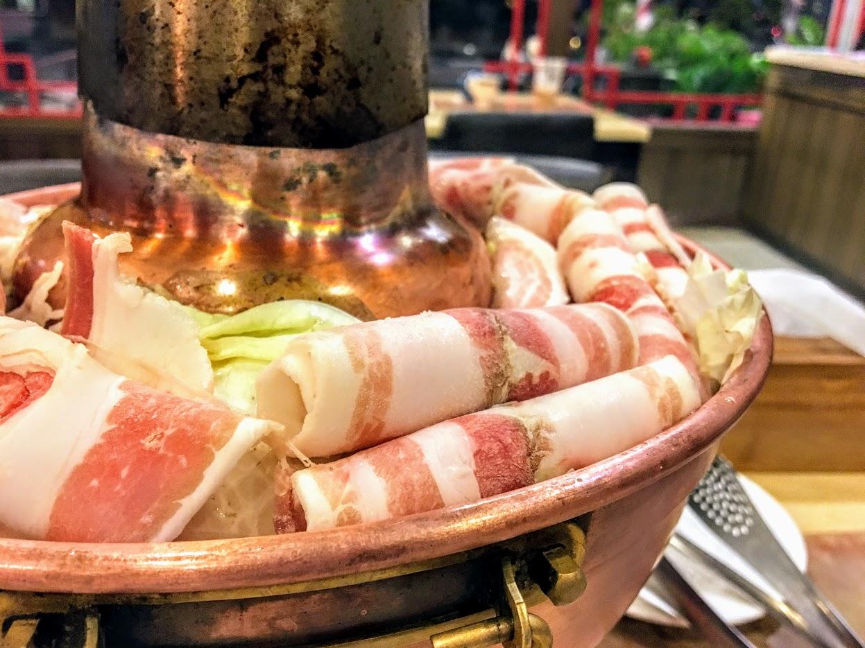 肉片和高麗菜給的多,底下還有許多火鍋料;湯頭的話可以在酸一些