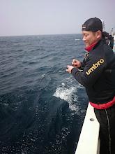 """Photo: 船酔いから「復活」の""""ミヤザキさん""""、インチクでフィーッシュ!"""