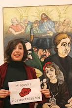 Photo: Laura Pérez Ruano. Activista por la República. Iruñea.  Junto al cuadro «Primera comunión en Cáseda», de la exposición «No os olvidaremos. Navarra-1936» de J. Ramón Urtasun en #Katakrak.