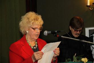 Photo: Przewodniczaca Sekcji Teatrów Muzycznych  Irena Jezierska prezentuje kolejnego jubilata.