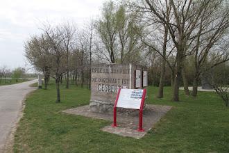 Photo: Ďalšiu zastávku mám v Bergu. Aj tu je pamiatka na tzv. Juhovýchodný val, ktorým sa Nemecko na konci 2. svetovej vojny chcelo chrániť pred porážkou. Betónovú protitankovú kocku vykopali pomerne nedávno náhodou