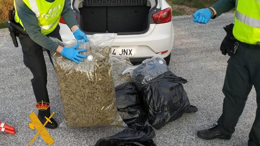 Bolsas intervenidas por la Guardia Civil durante un control.
