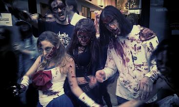 Photo: Toujours le groupe de cosplay zombifié !