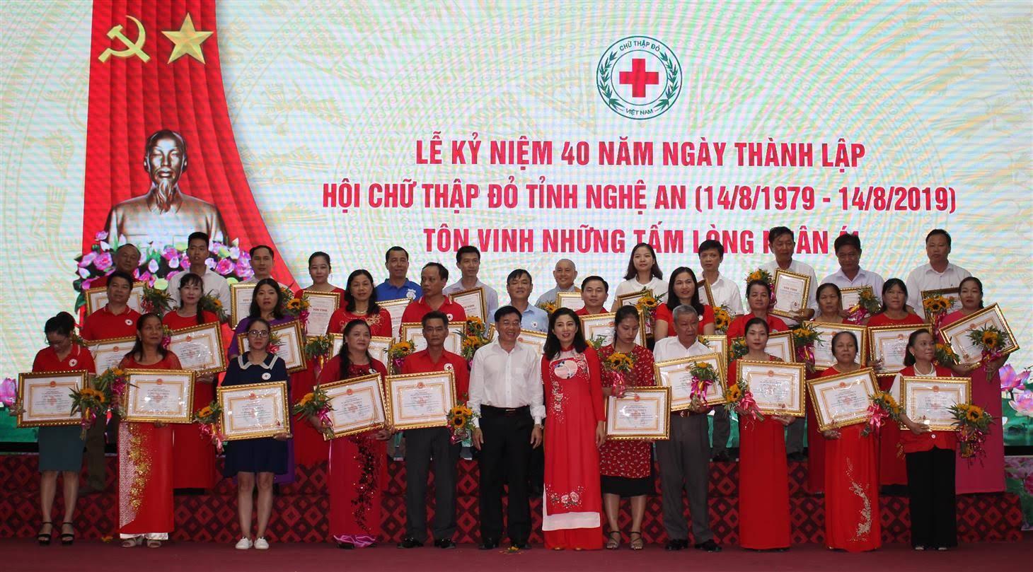Vinh vinh danh 10 tấm lòng nhân ái và trao giấy khen của Hội Chữ thập đỏ cho 25 cá nhân có thành tích xuất sắc.