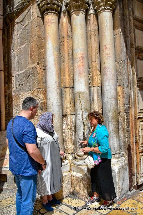 Храм Гроба Господня. Расколотая колонна у входа. Индивидуальная экскурсия в Иерусалиме. Гид в Иерусалиме Светлана Фиалкова.