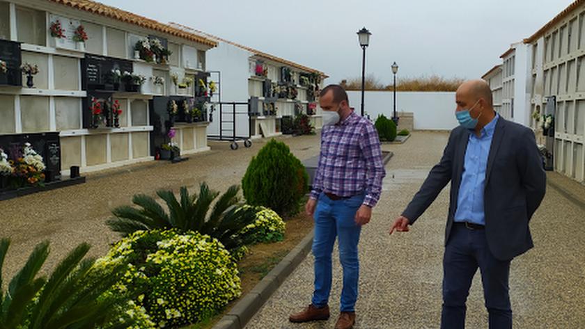 David Siles junto al alcalde Domingo Fernández, en el cementerio municipal.