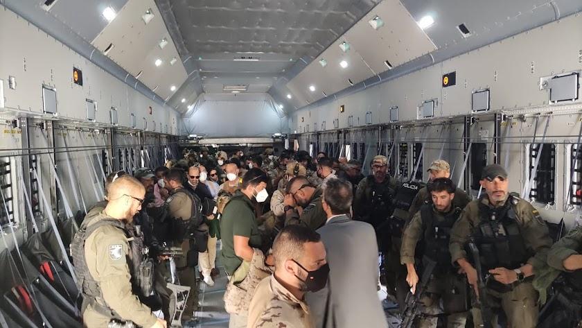 Varios militares en el avión de vuelta a Dubái desde Kabul.