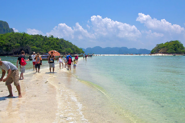 Walk on the sandbar between Chicken and Tup Islands