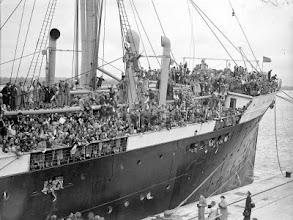 """Photo: «Basque Children 1937». Algunos socios del national Clarion colaboraron en el acondicionamiento de los campos de acogida en Gran Bretaña.Uno de los participantes de la marcha, Manuel Moreno, es hijo de una de los «Niños Vascos». En Sartaguda ha tenido oportunidad de abrazarse y conocer a otro """"Basque Children"""", Luis Múgica, ahora residente en su pueblo natal, el «Pueblo de las Viudas"""" y que enaquel entonces también partió en el buque que muestra al foto """"La Habana"""" hacia Southhampton, Gran Bretaña. http://www.parquedelamemoria.org/noticias/el-20-de-octubre-amigos-de-brigadistas-internacionales-de-gran-breta%C3%B1a-visitar%C3%A1n-el-parque-"""